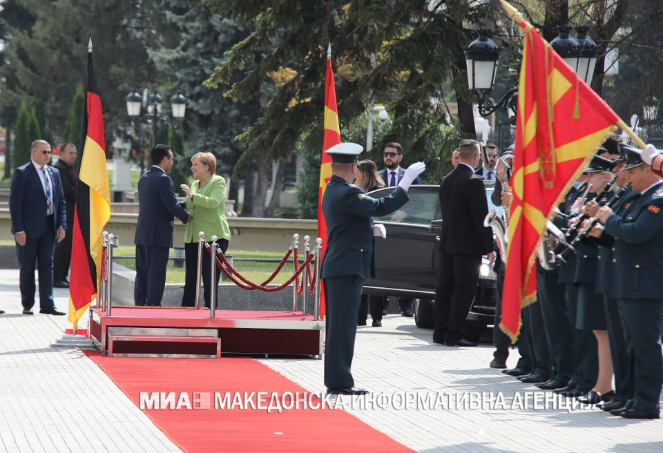 Заев свечено ја пречека Меркел пред Владата
