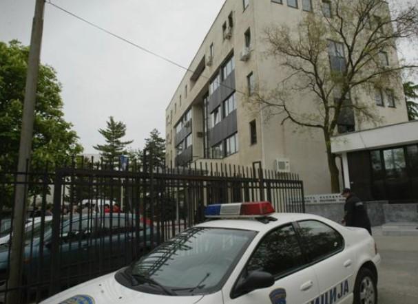 МВР: Пронајдени се родителите на двете деца оставени во автомобил
