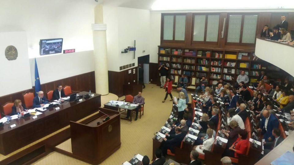 Заев: Вашата одлука ќе ја испрати ФИРОМ во историјата, Вељаноски:Нема да учествуваме во менување на Уставот