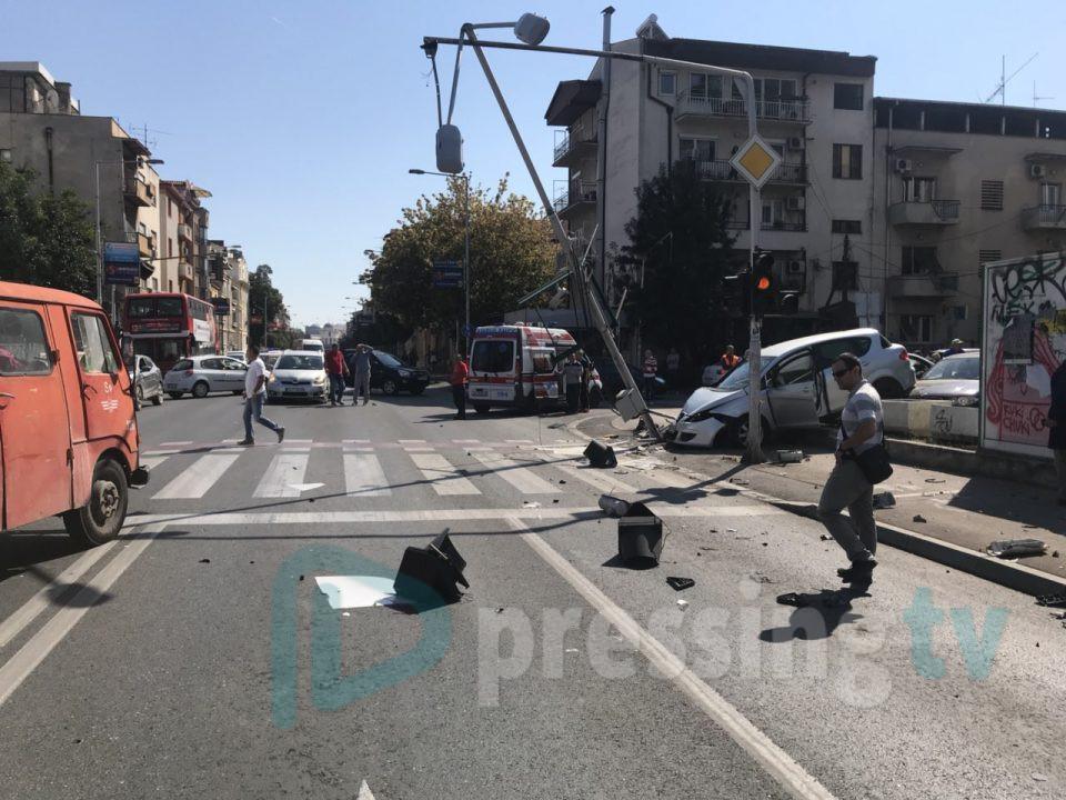 Автомобил со мајка и бебе се заби во бандера (ФОТО)
