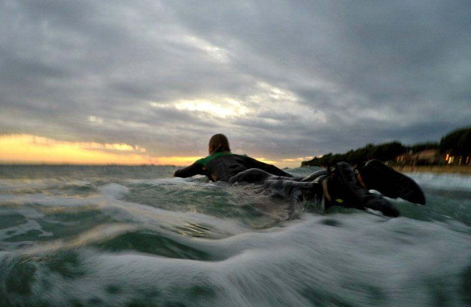 Словенечки сурфер се појави по 26 часа во немирно море