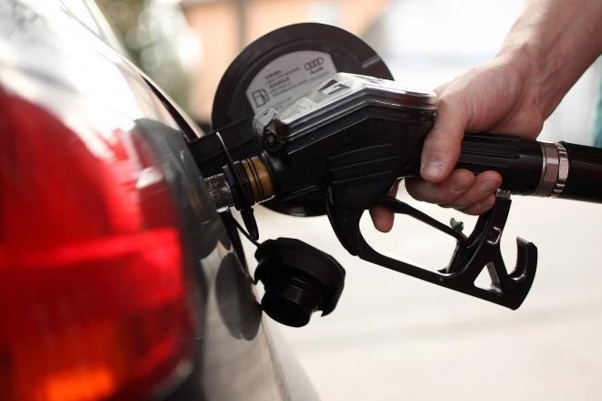 Бензините поевтинуваат половина, дизелот и екстра лесното еден денар