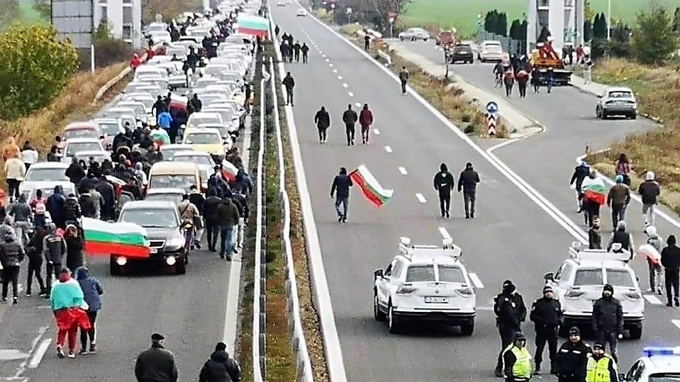 Бугарите на улица, блокираа патишта и гранични премини