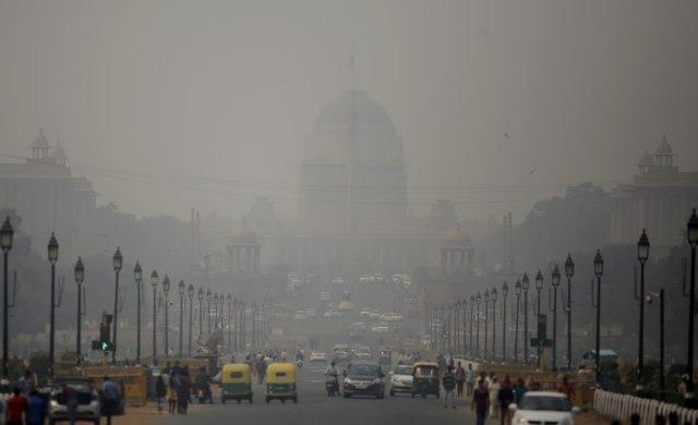 """Празничен огномет го зголеми загадуваљњето – Њу Делхи """"проголтан"""" од смог"""
