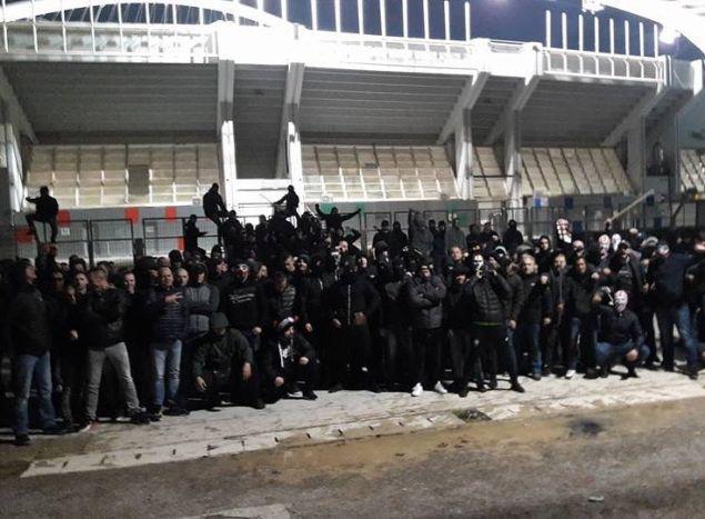 Хулигани се тепаа низ Атина, полицијата не реагирала