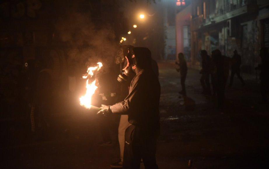 Најмалку 30 приведени при судирите меѓу полицијата и анархистите во Атина (ВИДЕО)