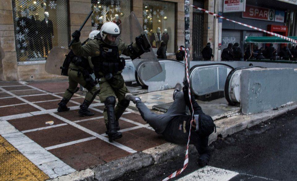 Судири меѓу полицијата и анархисти во Атина (ВИДЕО)