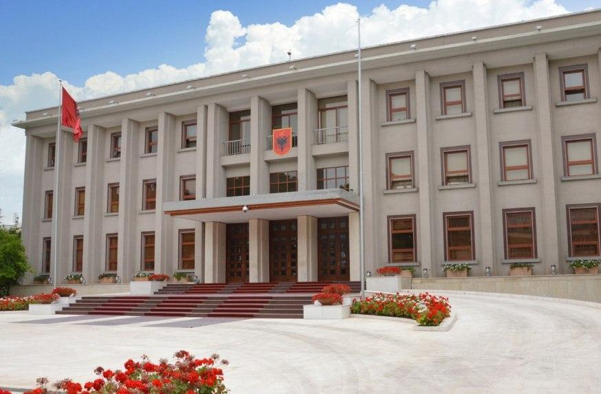 Во чест на Буш знамето на претседателската резиденција во Тирана на половина копје