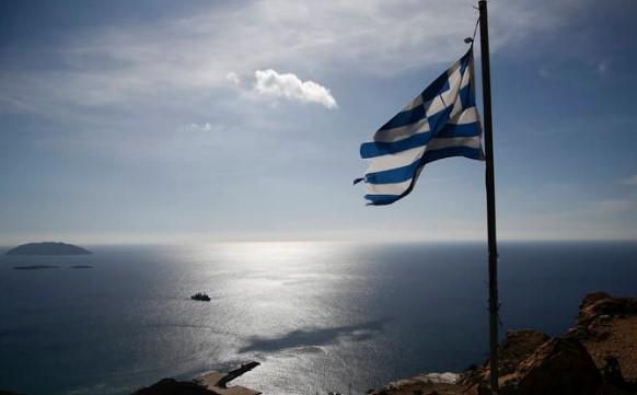 По договорот од Преспа: Во Атина масовно се закачуваат грчки знамиња на балконите