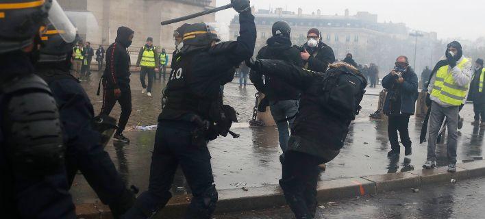 "Француската полиција немилосрдно тепала ""жолти елеци"" во сендвичарница"
