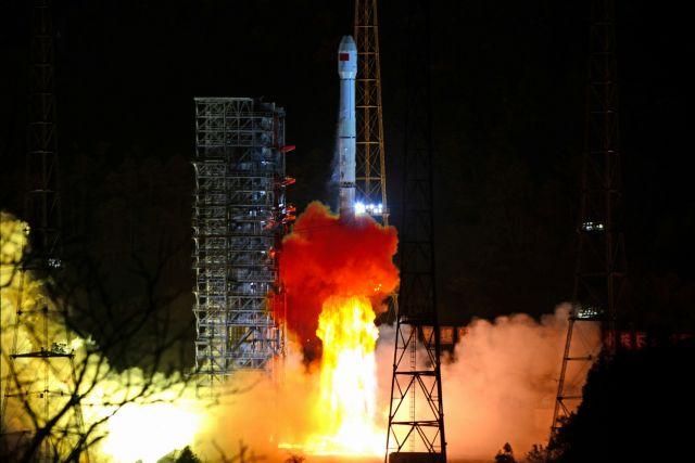 "Кинеското вселенско летало подготвено да слета на ""темната страна"" на Месечината"