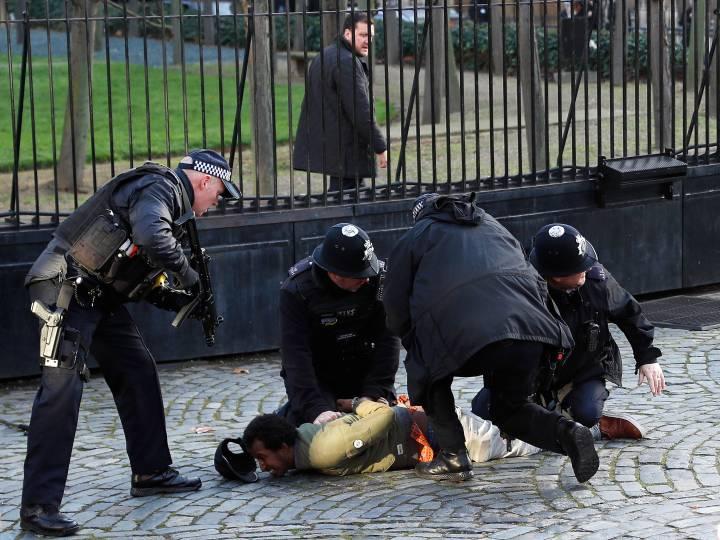 Уапсен маж пред британскиот Парламент (ВИДЕО)
