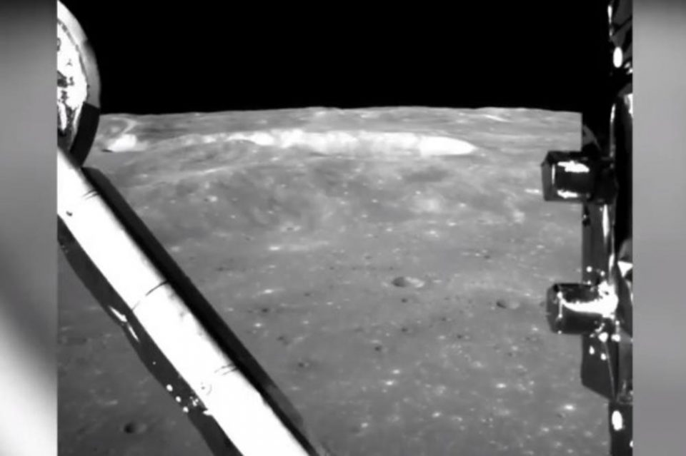 Вака изгледа темната страна на месечината(видео)