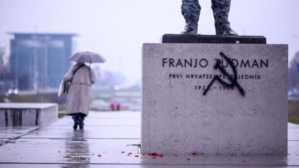 Полиција дежура покрај споменикот на Туѓман во Загреб (ФОТО)
