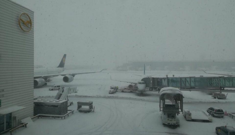 Аеродромот во Минехн блокиран од снегот (ВИДЕО)