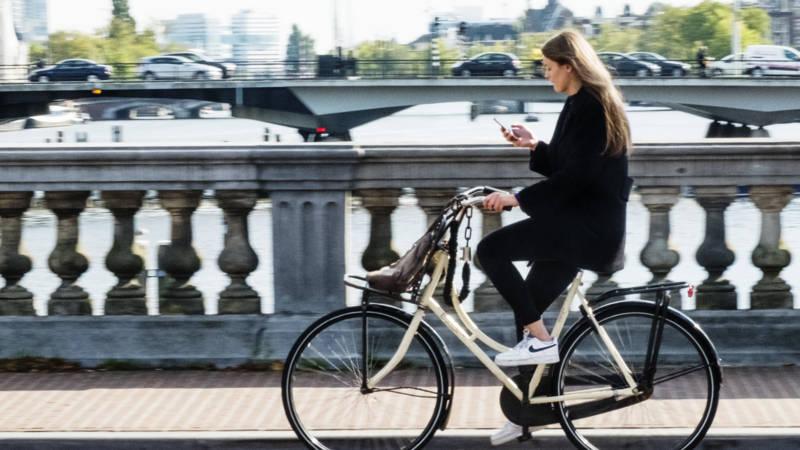 Холандија најави укинување на полицискиот час и отворање на терасите на кафулињата