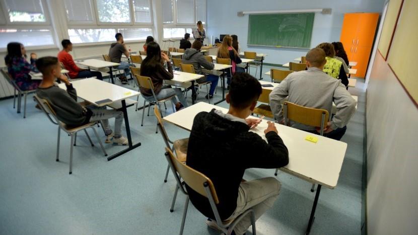 Владата попушти: Наставниците ќе добијат повисоки плати за 10 отсто