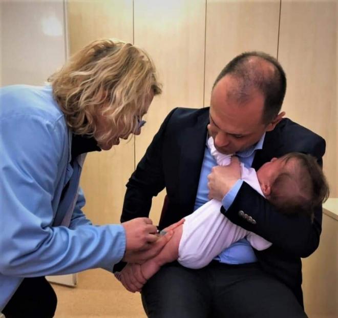 Филипче за сликите од вакцинирањето на внуката: Повторно би го направил истото