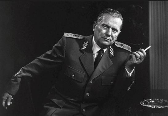 И по Тито- Димитров:  За постариот, маршалот бил диктатор, помладиот молчи