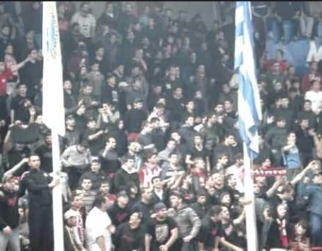 Крвава тепачка меѓу навивачите на Олимпијакос и Панатанаикос (ВИДЕО)