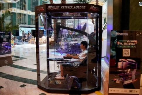 Додека жените пазаруваат сопрузите играат видео игри (ФОТО)