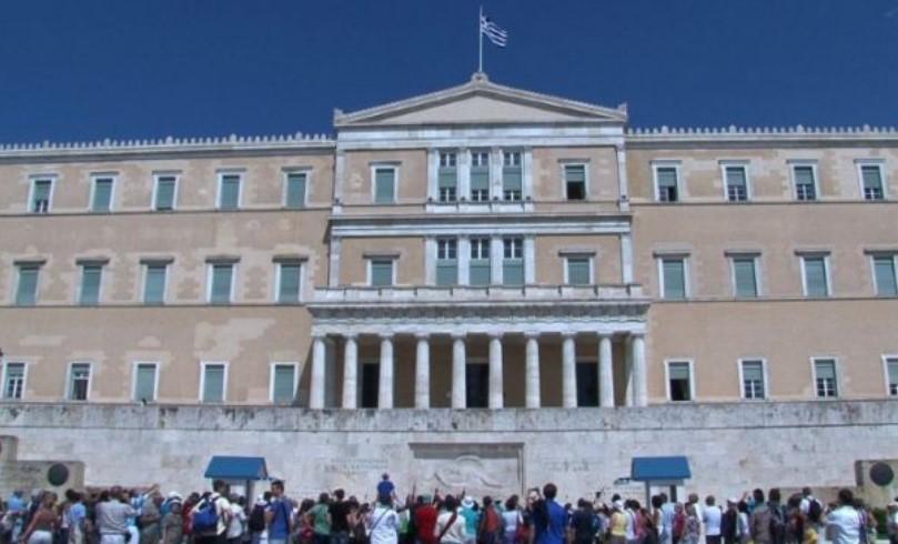 Грција ги заострува правилата: За лажен сертификат за вакцина 5.000 евра казна