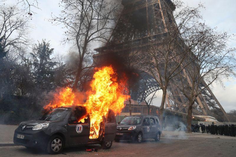 ПАРИЗ: 45 демонстранти приведени, еден со откината рака, запалено воено антитерористичко возило