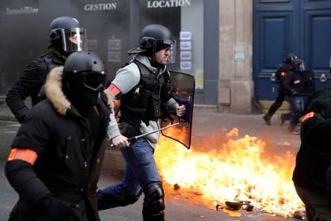 """""""Жолтите елеци"""" повторно се судрија со полицијата – уапсени, повредени (ВИДЕО)"""