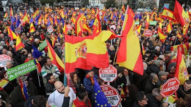 Илјадници демонстранти на улица бараат оставка на шпанскиот премиер (ВИДЕО)