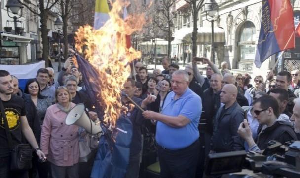 Србија, Русија не ни треба Унија: Шешељ ги запали знамињата на ЕУ и НАТО (ВИДЕО)