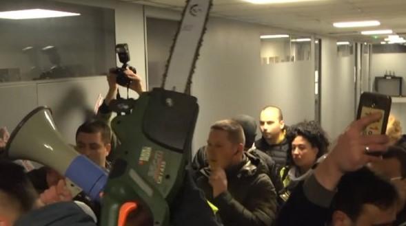 Ослободен демонстрантот кој со моторна пила влезе во РТС