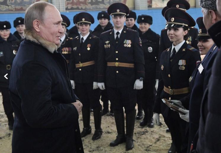 За 8 Март, Путин на јавање со полицајките (ФОТО)