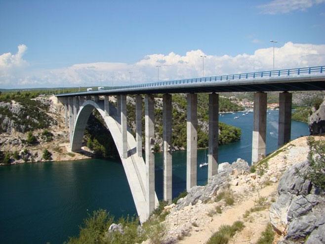 Скокна од мост висок 40 метри и преживеа