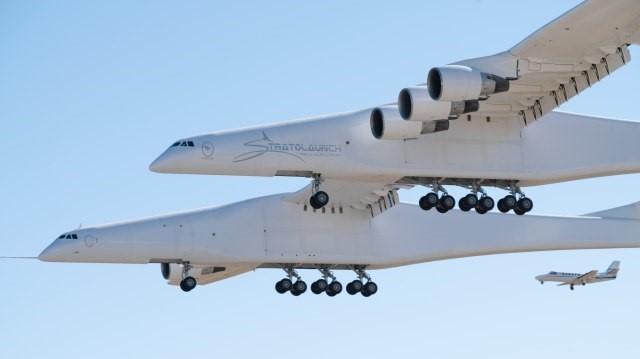Најголемиот авион на светот успешно го заврши првиот лет (ВИДЕО)