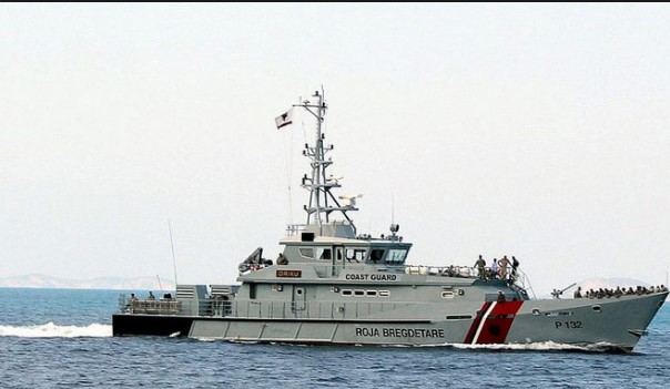 """Албанскиот воен брод """"Бутрунити"""" спасува мигранти од давење (ФОТО)"""