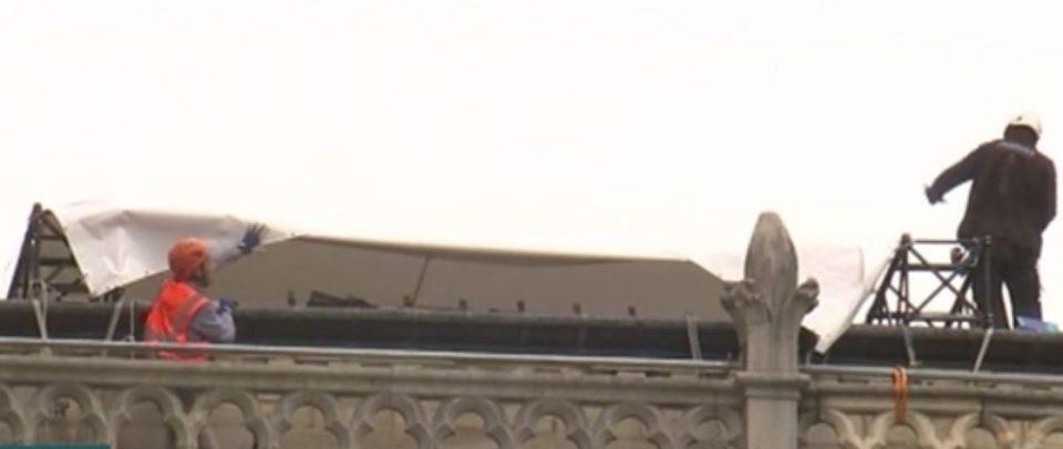 """Катедралата """"Нотр Дам"""" се покрива со церада (ФОТО)"""