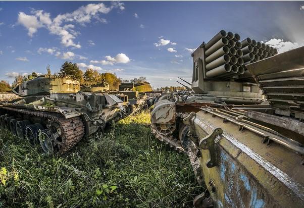 Руските тенкови од времето на Советскиот сојуз скапуваат на дожд и снег (ФОТО)