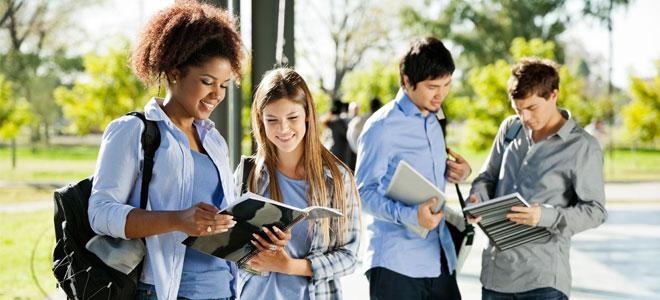 Компании и студентите на едно место разговараа за вработување и стажирање