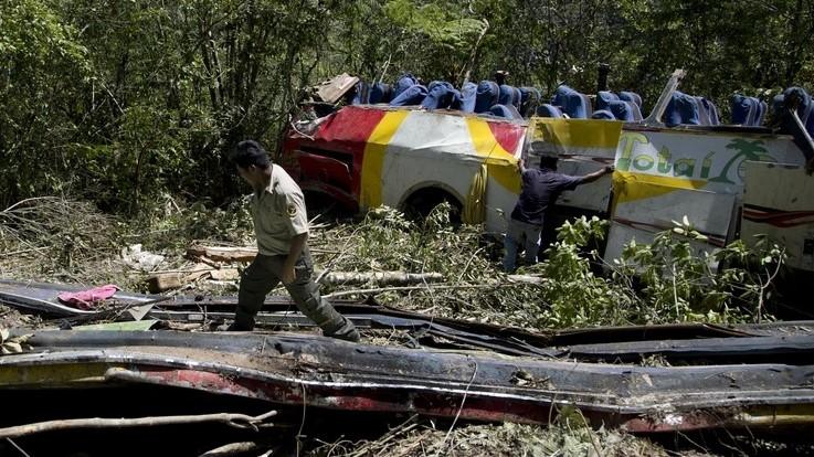 Автобус падна во провалија во Боливија, најмалку 25 загинати (ФОТО)