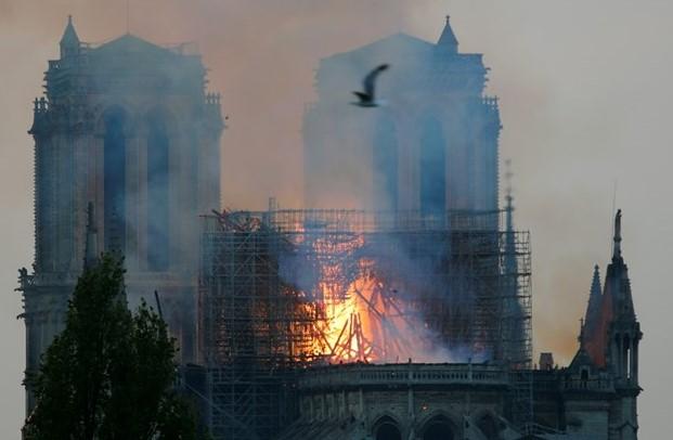 Прва миса по катастрофалниот пожар во катедралата Нотр Дам