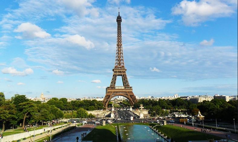 Макрон најавува нови мерки во Франција, во Париз максимално ниво на тревога