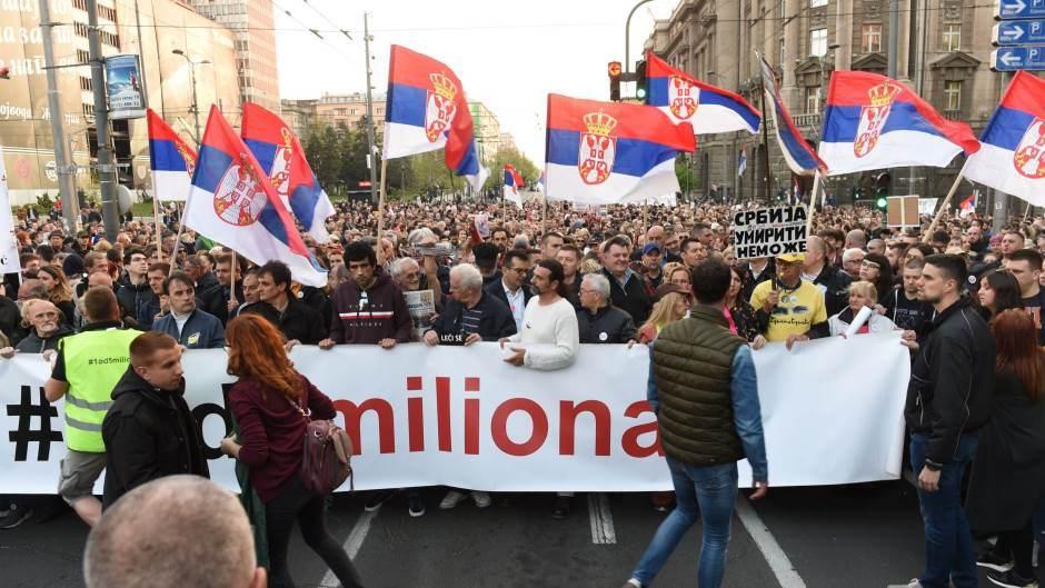 """Протести во Белград пред ТВ """"Пинк"""""""