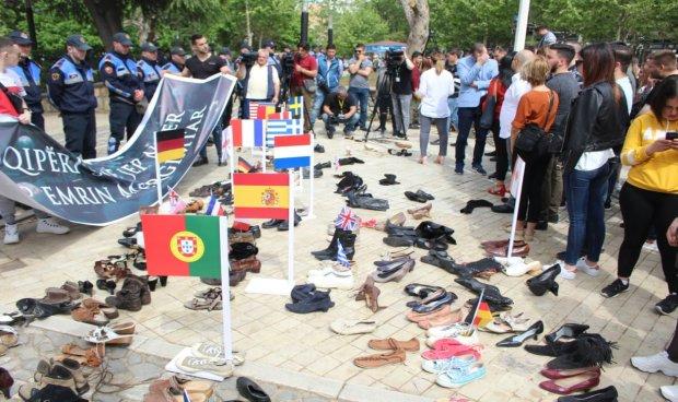 Симболичен протест на младите – оставија чевли од тие што се иселиле