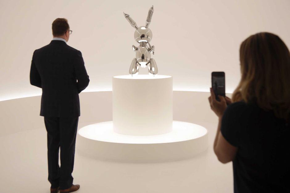 """Скулптурата """"Зајак"""" на Џеф Кунс продадена за рекордни 91.1 милиони долари"""