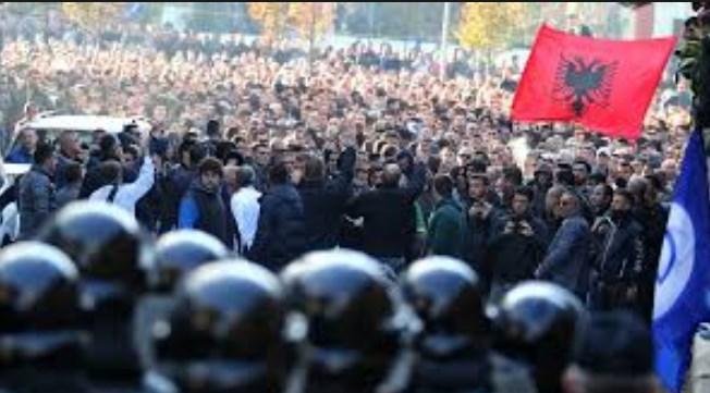 Мета: За Албанците е подобро да протестираат отколку да ја напуштаат земјата