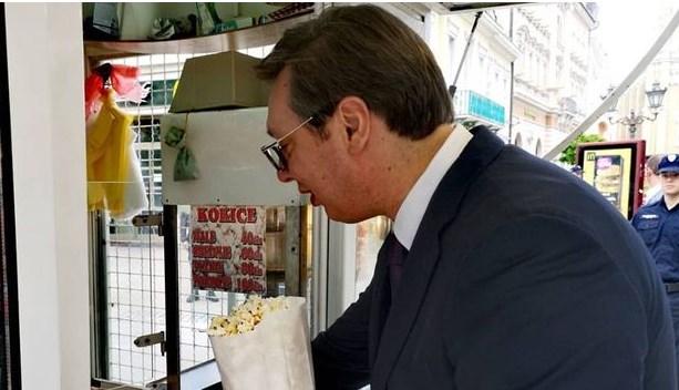 Го потсетува на детството: Вучиќ го обожува мирисот на пуканките (ФОТО)