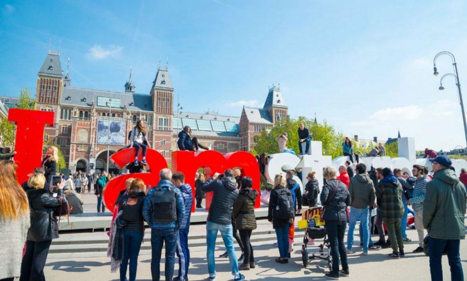 Поради преголемиот број туристи Холандија забранува да се промовира Амстердам