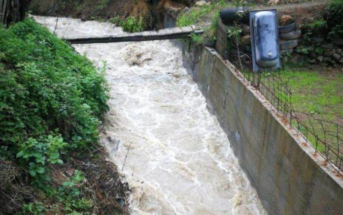 Шестгодишно дете исчезнато во надојден поток поради бурата во БиХ (ВИДЕО)