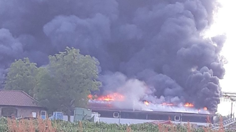 Страшен пожар во Градишка – Гори фабрика за мебел (ВИДЕО)