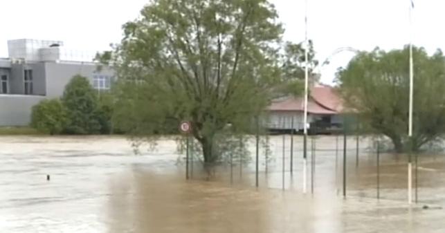Загреб ја проценува штетата, во БиХ поплави и снег, безбедно во Србија и во Црна Гора